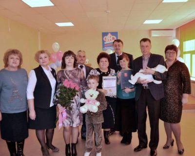 «Матери России» поздравили обладателей 100 000 сертификата на «юбилейный» материнский капитал